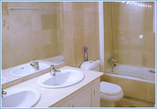 The full ensuite master bathroom