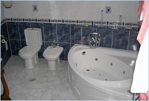 Large ensuite bathroom with jacuzzi