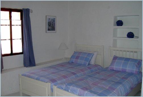 Twin bedroom with en-suite shower