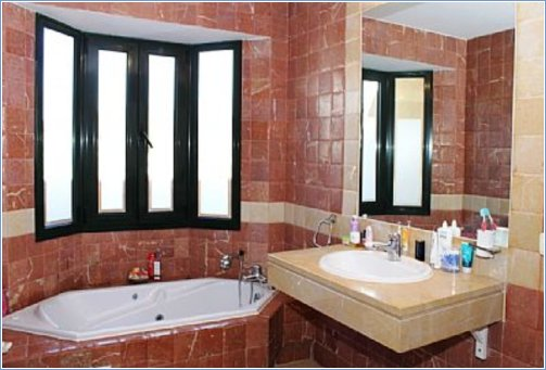 En Suite Jacuzzi Bath & Walk-in Shower