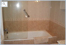 The full ensuite second bathroom