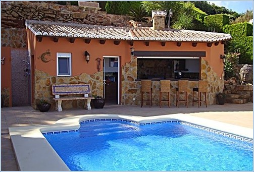 Bar, BBQ and outside kitchen by the swimming pool.